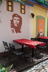 Che Guevara und Coca-Cola (swissgoldeneagle) Tags: table restaurant russia seat seats che cocacola ru tisch guevara kasan stuhl sthle cheguevara kazan stuehle russland tatarstan  rx100 respublikatatarstan rx100m4