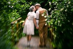 (thombe77) Tags: wedding green love lensbaby canon eos 50mm kiss 7d romantic grün hochzeit liebe ehe kuss romantisch