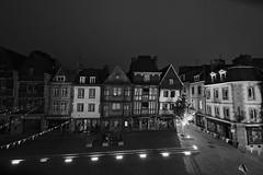 Lannion - Place du centre (MamzelAmanda) Tags: lannion 22300 nuit noiretblanc blackandwhite nb bw place uga