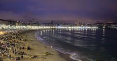 Noche de San Juan 2016... (Leo ) Tags: luces noche mar corua fiesta gente ciudad playa arena galicia sanjuan nocturna junio orilla riazor orzn 2016 hogueras sanxon solsticiodeverano