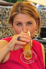 Salute, Cin cin (rmh2008) Tags: portrait woman portraits donna salute bier bella frau birra ritratti ritratto primopiano apart belladonna brindisi cincin zumwohl