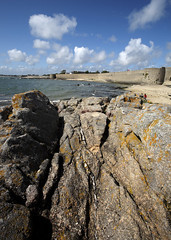 Port-Louis, citadelle (Ytierny) Tags: france vertical architecture bretagne enceinte fortification plage morbihan rocher militaire muraille dfense touriste citadelle portlouis rempart littoral et ocanatlantique ctebretonne placeforte radedelorient lignededfense ytierny