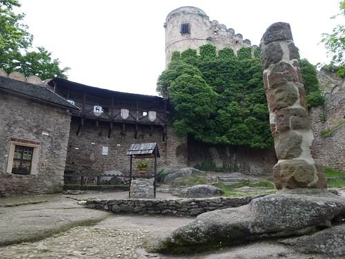 Dziedziniec zamku dolnego na Zamku Chojnik w Sobieszowie w kierunku południowym