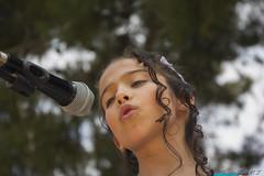 Una pequea gran cantante (cazador2013) Tags: valencia canon arboles nia turismo microfono cantante ternura serenidad