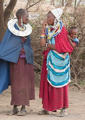 Masai women (KronaPhoto) Tags: masai women kvinner tanzania africa serengeti people mennesker child barn dress clothes pynt jewellery tradition
