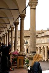 Fermo, Piazza del Popolo, Palazzo dei Priori im Hintergrund (HEN-Magonza) Tags: italien italy arcade piazzadelpopolo lemarche fermo bogengang themarches kolonade
