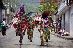 Se acerca (marioegoncalvesc) Tags: mask dancing venezuela unesco devil christi vargas corpus danzantes mscara diablos humanidad patrimonio festividad 2013 naiguat inmaterial