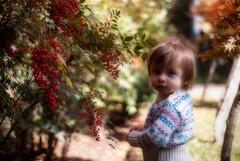 Olivia en el jardn (GMH) Tags: plaza parque planta retrato flor jardin nia beb otoo orton guagua ltytr1 efectoorton