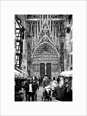 Impression de grandeur #2 (Guillaume et Anne) Tags: street city bw france canon noiretblanc nb strasbourg cathdrale alsace f2 135 135mm 6d 135mmf2 ef135