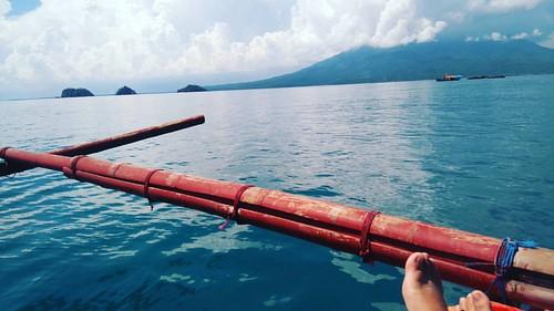 Laut dan pantai selalu mudah untuk dicintai.. Cukup selonjorkan kakimu dan biarkan perahu cadik membawamu jatuh cinta... #lampungselatan #krakatau #pulausebuku #pulausebukukecil #pulausebukubesar #pulausebesi