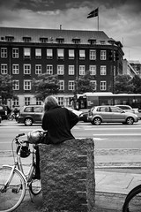 Waiting for someone (LAK.Photography) Tags: street strase denmark danmark dnemark kopenhagen copenhagen girl frau schwarzweis schwarzweiss sw blackwhite bw urban stadt nikon d810