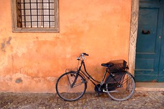Ravenna (alfonsocarlospalencia) Tags: pared puerta italia arte bicicleta pomo ravenna cadena cesta pavs rincn candado crcel femenina manchas enrejado desconchado cenefas