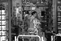 Buchladen (Rdiger Stehn) Tags: blackandwhite bw deutschland blackwhite europa leute menschen kiel schleswigholstein 2000s norddeutschland 2016 mitteleuropa schwarzweis 2000er schwarzundweis canoneos550d kielravensberg