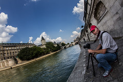 La scne : la Seine (Michel Couprie) Tags: blue red sky paris france water hat wall seine clouds canon river rouge eos photographer tripod bank fisheye bleu ciel 7d casquette michel nuages 8mm quai fleuve samyang couprie