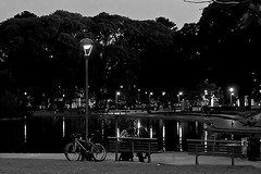 Les femmes parlent (Wal CanonEOS) Tags: girls blackandwhite bw lake byn blancoynegro water argentina bike les night canon lago eos lights luces noche mujer agua buenosaires bikes bicicleta chicas mujeres lakepark hdr bicicletas femmes charla bsas womans caba monocromatico capitalfederal villacrespo ciudaddebuenosaires parlent shes hdrbw hdrnight parquecentenario alairelibre argentinabsas parloteo lesfemmesparlent ciudadautonoma mujereshablando charlademujeres rebelt3 canoneosrebelt3 lagodelparquecentenario spekingwomans