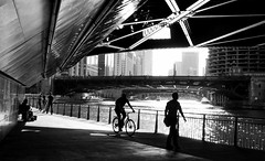 Jazzman's bridge (Toagdu) Tags: street bridge bw musician usa chicago monochrome bike ro river puente calle illinois bn eeuu monocromtico skancheli