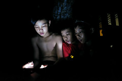 Smartphone - 17 (-clicking-) Tags: life childhood night children nightshot streetphotography streetportrait streetlife vietnam smartphone nightlight dailylife childish childlike vietnamesechildren