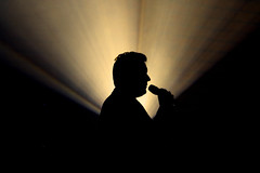 entertainment (Wackelaugen) Tags: person man silhouette micro speaking light stage canon eos photo photography wackelaugen googlies