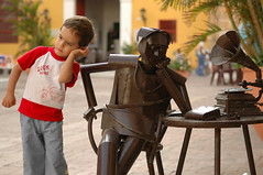 El mini-pensador - The little thinker (Gabriel Vieira Posada) Tags: sculpture childhood child thinker nikond70s escultura nio niez pensador