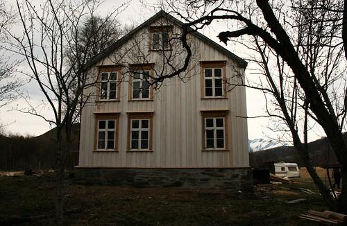 """De restaurerte sidene av huset forteller oss hvor fint huset opprinnelig var, og igjen vil bli når alt er ferdig! <a style=""""margin-left:10px; font-size:0.8em;"""" href=""""http://www.flickr.com/photos/110173116@N08/11116077305/"""" target=""""_blank"""">@flickr</a>"""