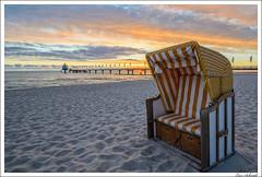 Sonnenaufgang am Meer (schmilar77) Tags: seebrücke ort architektur strandkorb brücke strand sonne himmel allgemein sonnenaufgang objekte bildbeschreibung tageszeit gegenlicht wolken tamron1024mmf3545spdiiildaslif