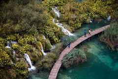 Plitvice national park, Croatia (pas le matin) Tags: world voyage travel lake plant color tree water creek canon landscape waterfall eau outdoor path turquoise cyan lac croatia 7d paysage cascade croatie hrvastka chuttedeau canoneos7d canon7d