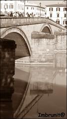 raddoppiarsi (imma.brunetti) Tags: fiume pietre firenze arno toscana acqua riflessi arco lampioni volta turisti balaustra piloni affacciarsi pontedisantatrinita