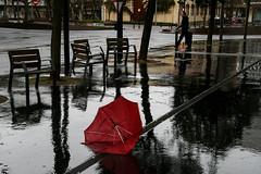 CALLEJEANDO (carlosulises.martin) Tags: expo callejeando paraguas 2016 rojopasion