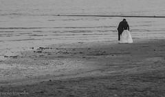 Il bacio ... (paolotrapella) Tags: water canon kiss mare acqua spiaggia bacio sabbia sposi eos600d tamron70300vc