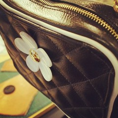 3rd Bag : รูปงานนักเรียน WHANZ  รูป งานนักเรียน WHANZ คุณหวานเป็นนักเรียนคนแรกที่ทำกระเป๋าคอสเมติกแบบเดินเส้น เสริมฟองน้ำนูนๆด้วย คล้ายๆงานสักกระดุมของเฟอร์นิเจอร์ เย็บกลับ มีกุ๊นกันน้ำ แอบแงะเอาชิ้นส่วนของ Marc Jacob มาติดด้วย แมทช์สีสวยครับ ครูกัซถ่ายรู