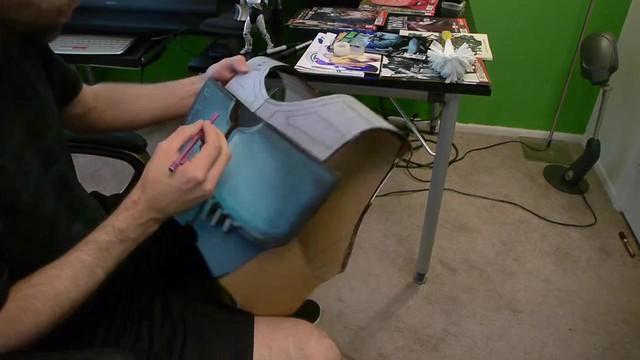 粉紅龐克辣妹變身機器戰警!而且還是紙箱做成的啊~