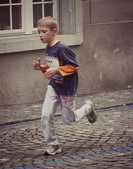Big earring 2 (Cavabienmerci) Tags: boy sports boys sport race schweiz switzerland  suisse earring running run course earrings pied runner 2014 lufer lauf coureur bremgarten bremgarter reusslauf