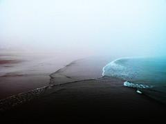 Sans titre (Joshua Durrant) Tags: mer bleu vague brouillard brume visage seul
