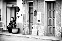 pausa pomeridiana (pinomangione) Tags: pinomangione melicucc street biancoenero monocromo perstrada fotoamatorigioiesi strada porta allaperto
