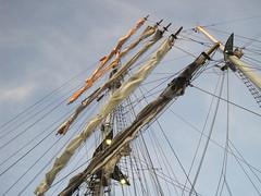 an die oberen Rahen kommt noch die Abendsonne: Windjammer zur Kieler Woche im Hafen (evioletta) Tags: mast rahen segelboot kiel