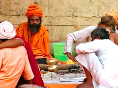 "Sadhus charlando • <a style=""font-size:0.8em;"" href=""http://www.flickr.com/photos/92957341@N07/8752642722/"" target=""_blank"">View on Flickr</a>"