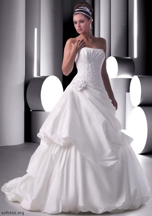 Vestido de noiva tomara que caia com uma rosa