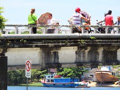 Ilha dos Valadares - Travessia (Mauricio Portelinha) Tags: bridge sun sol paran umbrella river soleil boat barco rivire ponte peoples parasol pont bateau personnes paranagu sombrinha itibere rioitiber