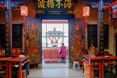 praying in the temple chaozhou china (Carsten Bartmann) Tags: china temple doors buddhist praying guard buddhism guangdong portal tor buddism tr templo guarda tempel chaozhou beten gebet buddhismus teochew wchter tianhou  tianhougong templeofthequeenofheaven