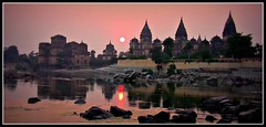 INDIEN, Chattris in Orchha am Abend,  Serie , 14019/6857 (roba66) Tags: city travel sunset sun india building history tourism monument arquitetura architecture de atardecer reisen asia asien cityscape sonnenuntergang sundown platz urlaub capital kultur tomb culture places visit historic explore amanecer mausoleum stadt architektur historical tradition sonne indien bau faade fassade inde historie voyages geschichte grabmal orchha northernindia kulturdenkmal chhatri tikamgarh coucher soleil betwariver pradesh roba66 madhya indiennord kenothaps indienchattrisinorchhaamabend