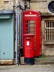 England 2016  Stamford  Old-school communication huddled together (Michiel2005) Tags: uk greatbritain england mailbox post mail unitedkingdom britain telephone lincolnshire letterbox royalmail stamford telefoon engeland pillarbox brievenbus vk grootbrittanni verenigdkoninkrijk