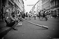 didgeridoo (josefcramer.com) Tags: europe europa berlin germany deutschland urban csd strase streeet people flaneur brgersteig leica m 28mm 24mm 35mm 28 24 35 elmarit asph summicron music musik josef cramer kreuzberg xberg streetphotography strasenfotografie m240