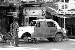 faire semblant de rien (Bilihut) Tags: inde indianstreetlife sonya7 blackandwhite rue ontheroad india roundthecorner people tamilnadu photo street indian streetlife photoderue urbanarte life monochrome pondycherry