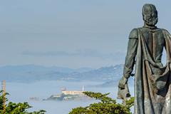 San Francisco (Edi Bhler) Tags: sanfrancisco california mountain plant building nature berg nebel natur pflanze skulptur structure insel prison bauwerk gebude gefngnis vereinigtestaaten 70200mmf28 nikond3s alcatrazsanfranciscolm