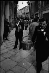 palermo, 1999 (elhacedor) Tags: leica people bw italy film ilfordhp5 sicily palermo 400asa m4p summicron35