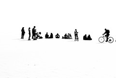 connecting people (jacobo_gonzalez_castrodeza) Tags: barcelona people blackandwhite bw blancoynegro silhouette contrast nikon contraste silueta jacobo autofocus d80 ringexcellence blinkagain dblringexcellence ruby5 rememberthatmoment rememberthatmomentlevel1 infinitexposure