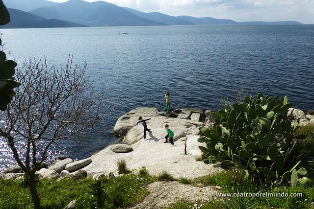 Los pekes jugando en las rocas a la orilla del lago