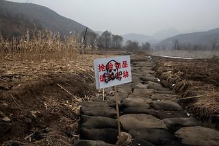 Adam Dean for The New York Times 湖北省,碳球被用来吸收泄漏到河水中的化学污染物。