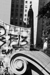 Largo da Memria, SP (Th. C. Photo) Tags: street blackandwhite bw photography downtown centro streetphotography pb sp streetphoto rua fotografia largo pretoebranco memoria fotografiaderua downtownsp streetphotographysp