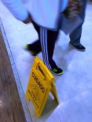 Piso molhado. (Jos Argemiro) Tags: cuidado ateno caution pisomolhado perigo wetfloor interior escorrego slipperyfloor pisoescorregadio acidente queda risco